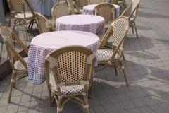 Café-Stühle und Tabelle, Paris, Frankreich Stockbild