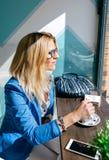 Café stiring da jovem mulher fotos de stock