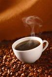 Café sur des café-haricots photo libre de droits