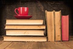Café sur des livres image stock
