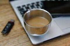 Café sur l'ordinateur portable moderne - ultrabook photographie stock libre de droits