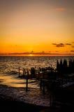 Café sur la mer par le coucher du soleil Photos stock