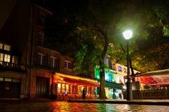 Café sur la place dans Montmartre par nuit 12 octobre 2012 Paris, France Image libre de droits