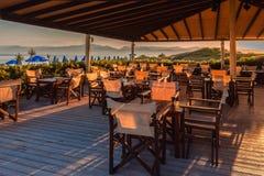 Café sur la plage au lever de soleil Image libre de droits