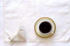 Café sur la serviette blanche, d'en haut Images libres de droits