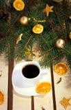 Café sur la table en bois décorée pendant la nouvelle année Photographie stock libre de droits