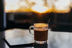 Café sur la table et la lumière du soleil Image stock