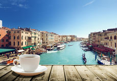 Café sur la table et Venise dans le temps de coucher du soleil Images stock