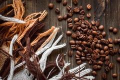 Café sur le fond en bois grunge Photographie stock libre de droits