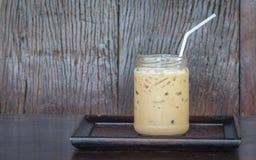Café sur les boissons adultes en bois foncées brouillées de fond dans le monde entier cappuccino Vieille planche de fond Images stock