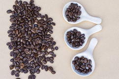 Café sur les plats de porcelaine blancs au-dessus du fond brun Photos stock