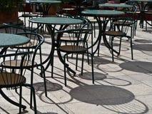 Café Tabellen- und chairesfranzoseart Lizenzfreie Stockfotos