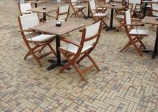 Café Tabellen und Stühle Lizenzfreies Stockfoto