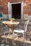 Café, tabla, silla y menú vacíos de la calle en la calle cobbled Imágenes de archivo libres de regalías