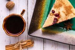 Café, tarte, bonbons au chocolat et boîte sur un fond blanc Image libre de droits