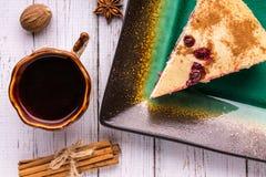 Café, tarte, bonbons au chocolat et boîte sur un fond blanc Photo libre de droits