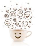 Café-tasse avec les visages souriants heureux tirés par la main bruns Image libre de droits