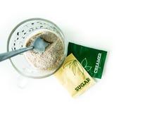 Café, tasse de café, sachets de crémeuse, paquets de sucre pour le petit déjeuner Photographie stock