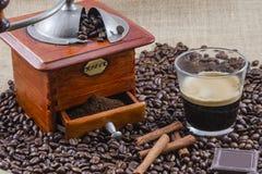 Café, tasse et broyeur Images stock