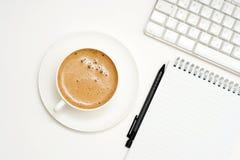 Café, teclado, lápis, bloco de notas Foto de Stock Royalty Free