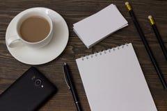 Café Teléfono, cuaderno y pluma Fotos de archivo