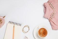 Café, top rosado, libreta y otra en el fondo blanco fotos de archivo libres de regalías