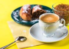 Café, torta, cuchara y azúcar del café express imagenes de archivo