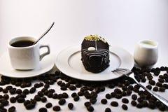 Café, torta y leche en el fondo blanco Imagen de archivo