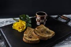 Café, tostada y rosas, desayuno romántico en Valentine' día de s Servido en una bandeja del hierro con el espacio de la copi fotos de archivo