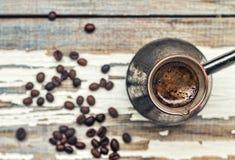 Café Turc Cezve, petit déjeuner, foyer en bois, arabe, sélectif, grain, rebord de fenêtre, plan rapproché, vue supérieure, l'espa image libre de droits