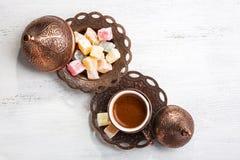 Café turc traditionnel et plaisir turc sur le fond en bois minable blanc Vue supérieure Images stock
