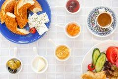 Café turco auténtico del ingenio del desayuno, queso, miel, atasco, aceitunas, Simit imágenes de archivo libres de regalías