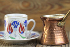 Café turco con el pote tradicional del coffe de la taza y del cobre del adorno de los otomanos Foto de archivo