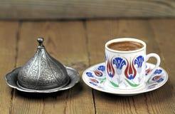 Café turco con la taza tradicional del adorno de los otomanos Foto de archivo libre de regalías