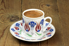 Café turco con la taza tradicional del adorno de los otomanos Imagen de archivo