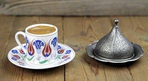 Café turco con la taza tradicional del adorno de los otomanos Imagenes de archivo