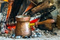 Café turco cozinhado sobre carvões quentes foto de stock royalty free