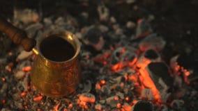 Café turco da fervura do processo tradicional em carvões vídeos de arquivo