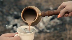 Café turco da fervura do processo tradicional em carvões video estoque