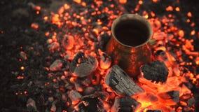 Café turco da fervura do processo tradicional em carvões filme