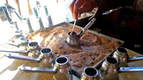 Café turco de ebulição na areia vídeos de arquivo