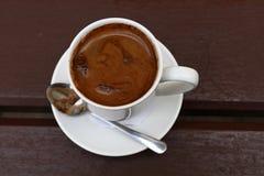 Café turco en el cierre blanco de la taza encima de la visión superior Fotos de archivo libres de regalías