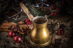 Café turco en el pote de cobre del coffe imagenes de archivo