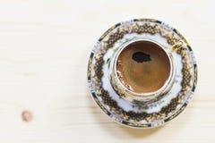 Café turco en una taza de lujo fotos de archivo