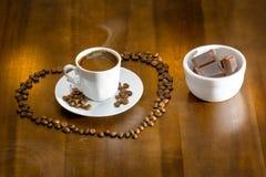 café turco quente do copo branco e grãos de café dispersados Foto de Stock
