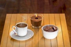café turco quente do copo branco e grãos de café dispersados Fotos de Stock