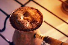 Café turco quente feito no cezve do ooper do  de Ñ Potenciômetro tradicional do café fotografia de stock royalty free