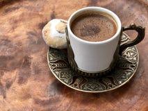 Café turco tradicional com uma cookie fotografia de stock