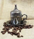 Café turco tradicional con los granos de café Imagen de archivo