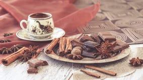 Café turco y chocolate de la taza entonados Fotos de archivo